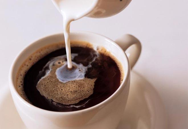 Добавить молоко в кофе